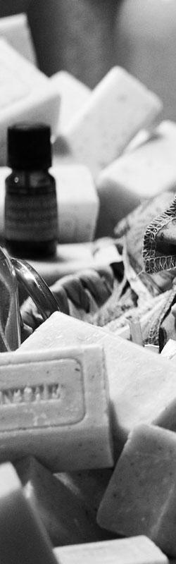 savon de marseille liquide en flacon de 330ml avec pompe PET. Le Naturel et l'Efficacité de l'huile d'Olive à l'état pur. Un savon de tradition, pour respecter les peaux les plus sensibles. Sans EDTA. Sans Paraben. Fabriqué en France. 100% d'Ingrédients d'Origine Naturelle.