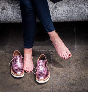 soins des pieds enfermés dans les chaussures